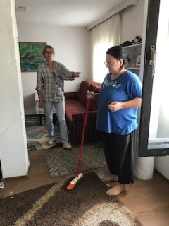 moeder is bezig met het schoonmaken