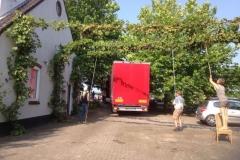 vrachtwagen-wordt-geladen-voor-Bosnië